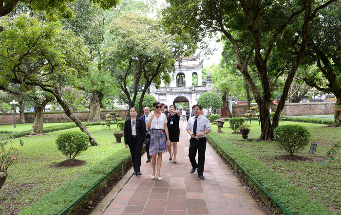 Azerbaijan's First Lady Mehriban Aliyeva visits Temple of Literature in Vietnam (PHOTO)