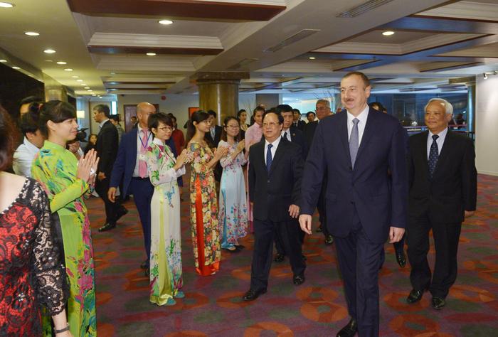 President Aliyev meets with Vietnamese students educated in Azerbaijan (PHOTO)