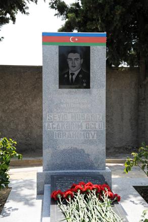 Daxili Qoşunların şəxsi heyəti Milli Qəhrəman Mübariz İbrahimovun məzarını ziyarət ediblər (FOTO)