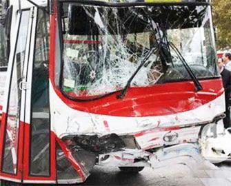 Paytaxtda avtomobillə sərnişin avtobusu toqquşub - yaralananlar var