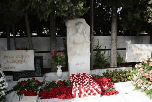 Первая леди Азербайджана Мехрибан Алиева и члены ее семьи посетили могилу выдающегося ученого-востоковеда Аиды Имангулиевой по случаю 75-летия со дня ее рождения (ФОТО)