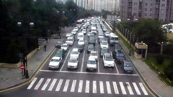 На пересечении двух центральных улиц Баку разрешен правый поворот на красный свет светофора