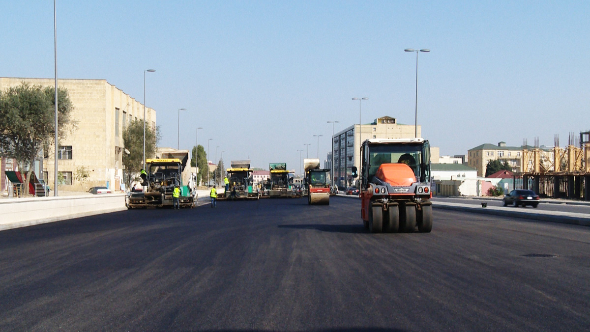 Завершается укладка асфальтобетонного покрытия на одном из крупных проспектов Баку