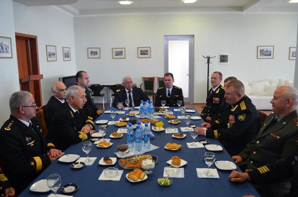 Командный состав российских военных кораблей провел ряд встреч в Баку (ФОТО)