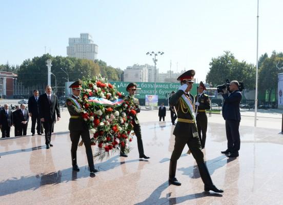 Президент Азербайджана посетил памятник Исмоилу Сомони в Душанбе (ФОТО)
