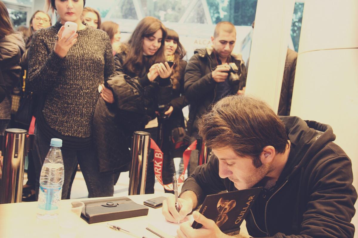Писатель Зия Сафарбеков  провел автограф-сессию (ФОТО)