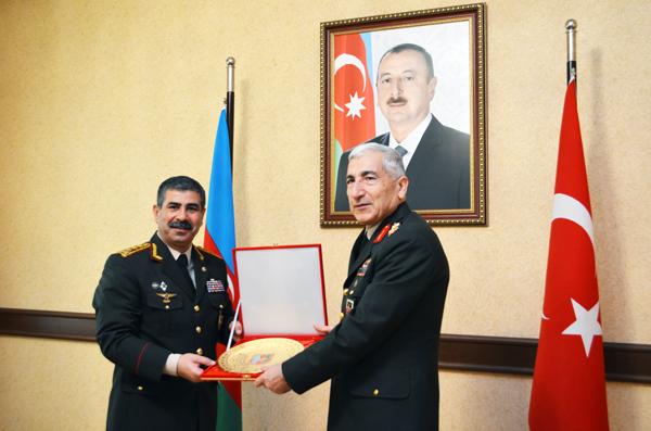 Azerbaijani defense minister receives head of Turkish Gendarmerie (PHOTO)