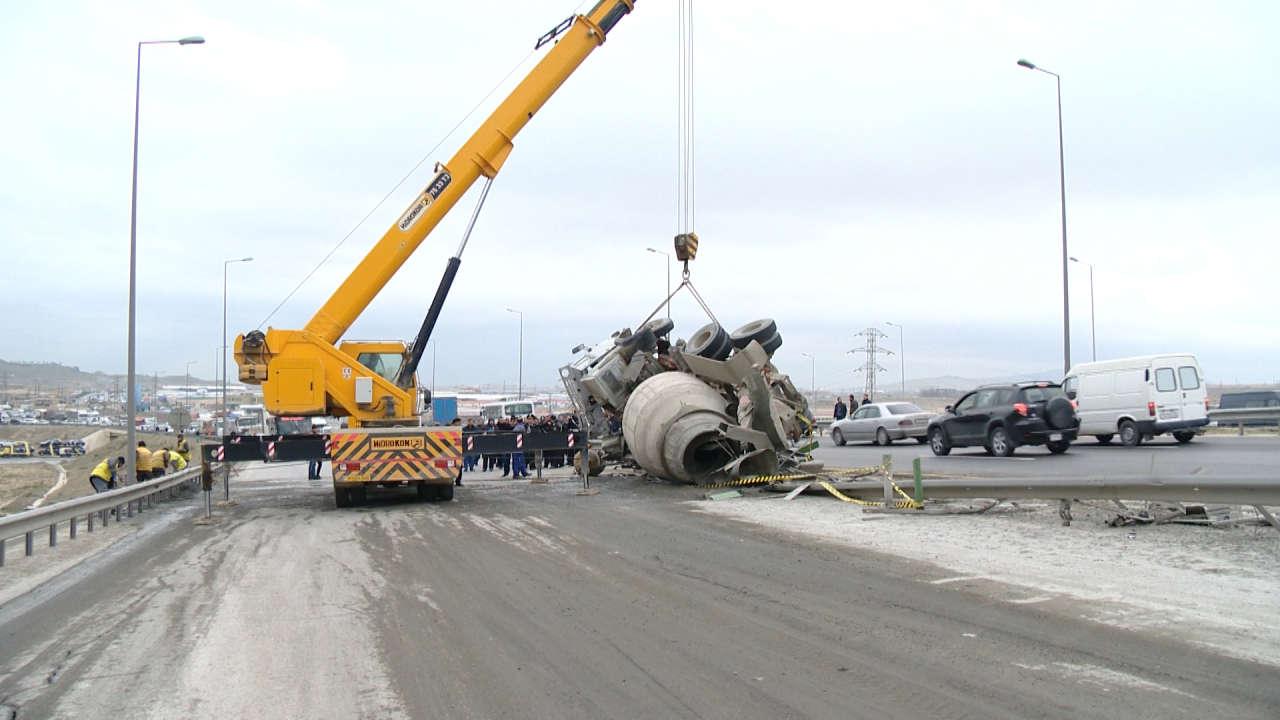 Устраняются последствия аварии на Бакинской окружной дороге (ФОТО)