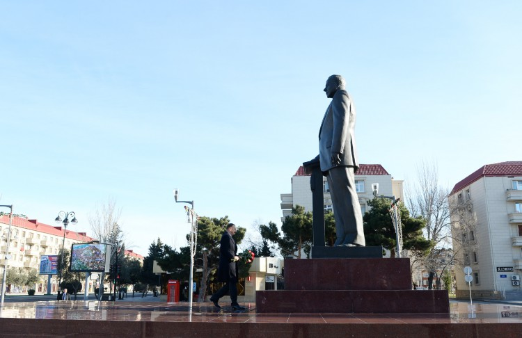 President Ilham Aliyev visited a statue of national leader Heydar Aliyev in Sumgayit