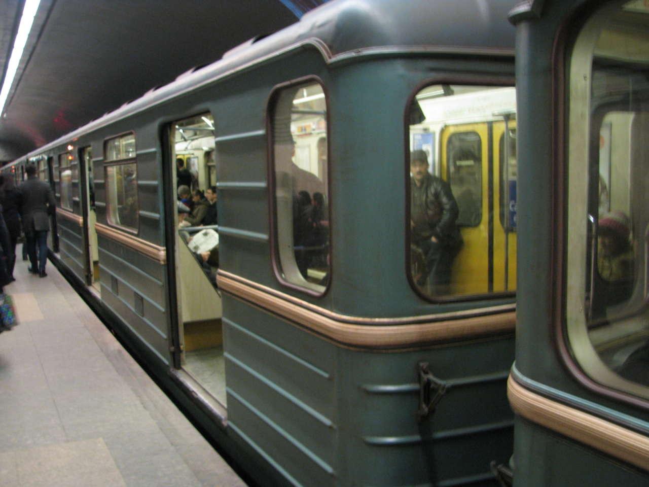 Metroda qatarda nasazlıq yarandı, stansiyalarda sıxlıq yaşandı
