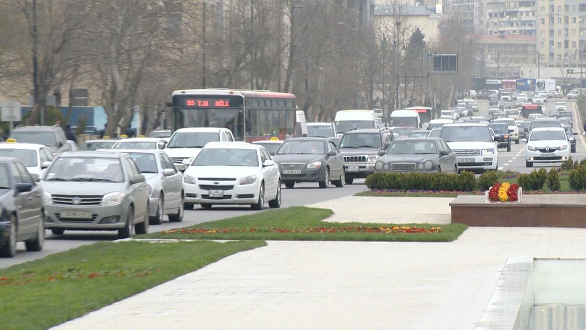 Bakının mərkəzi küçələrindən birində təhlükəli vəziyyət yaranıb (FOTO, VİDEO)