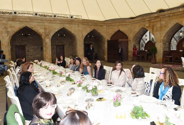 Mehriban Əliyevanın adından AİB Rəhbərlər Şurasının 48-ci illik toplantısı iştirakçılarının xanımlarının şərəfinə ziyafət verilib (FOTO)