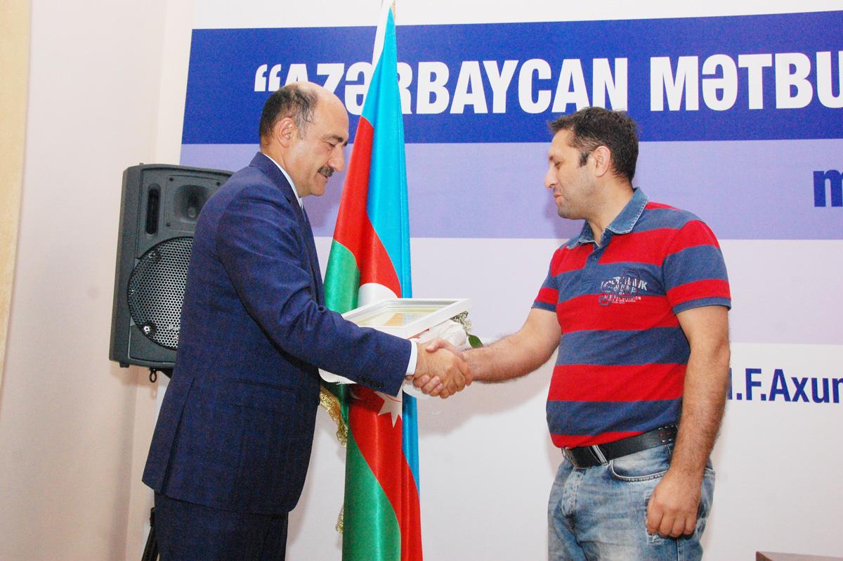 Абульфас Гараев наградил корреcпондента АМИ Trend почетным дипломом (ФОТО)