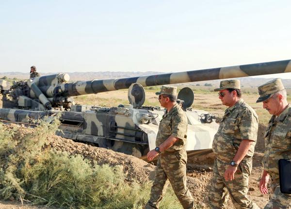Azerbaycan Savunma Bakanı askeri bölmelerin hazırlıklarını kontrol etti (Foto Haber)