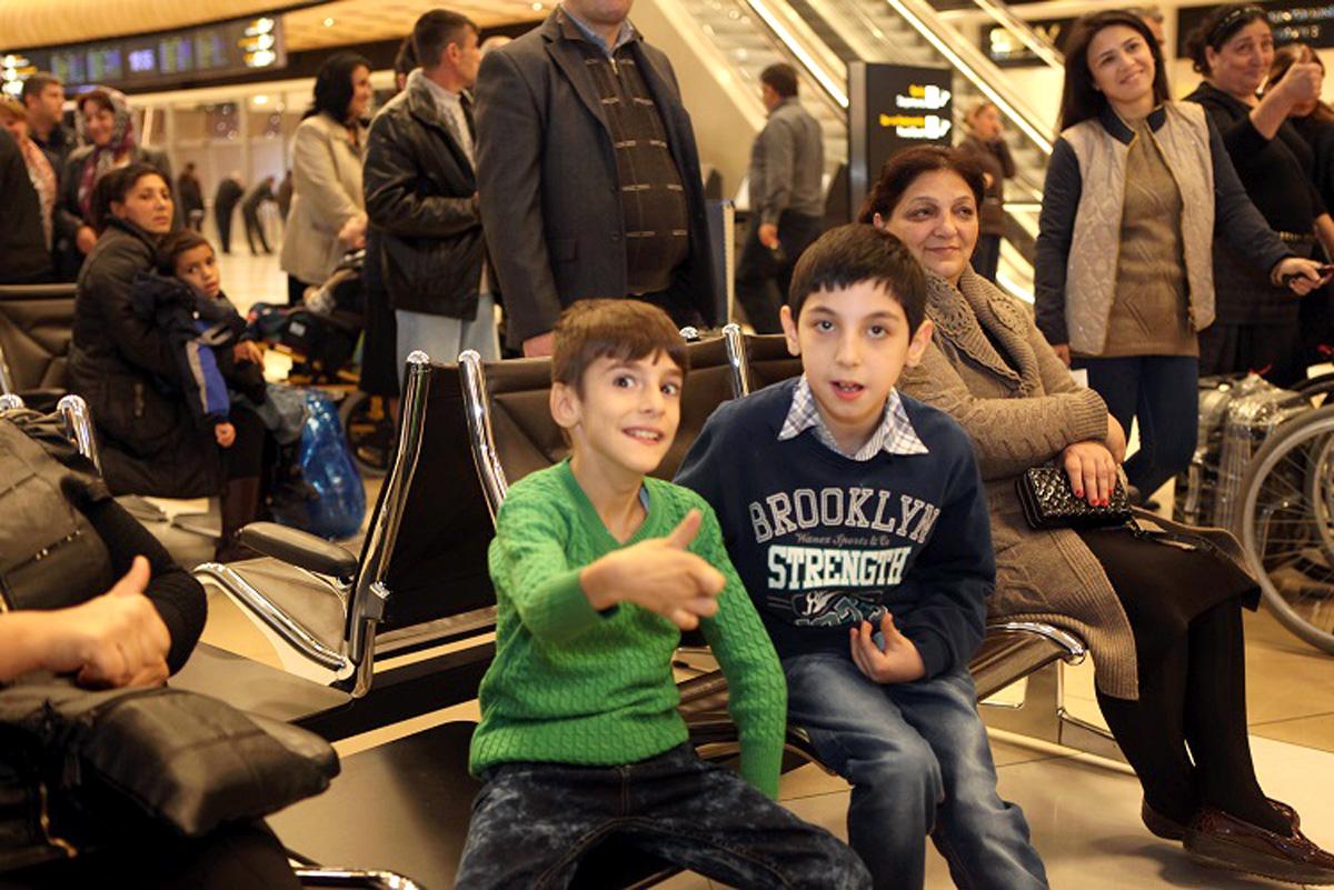 Azerbaycanlı engelli çocuklar tedavi için Türkiye'ye gönderdi