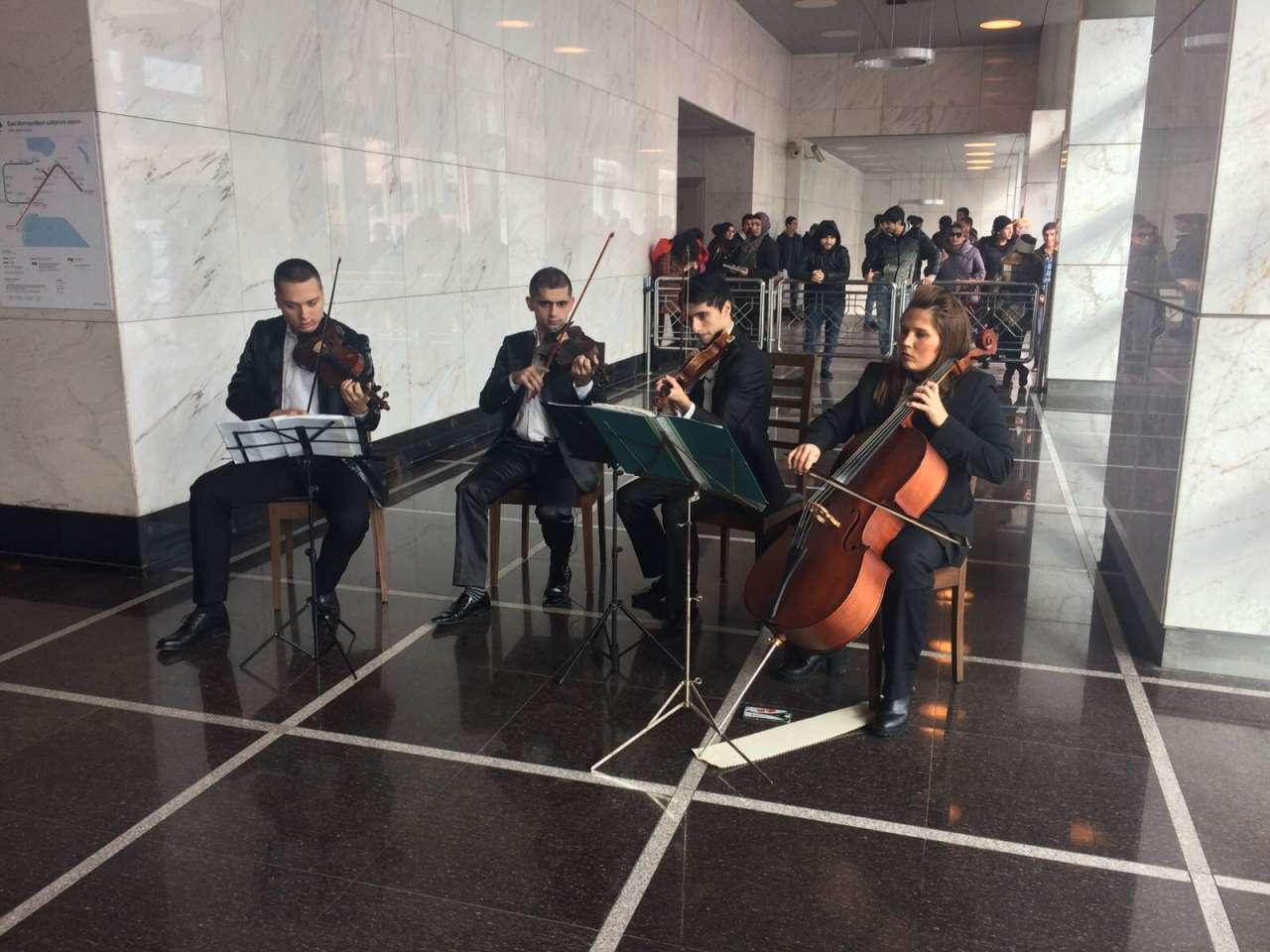 Bakı metrosu sərnişinlərə konsert verir (FOTO)