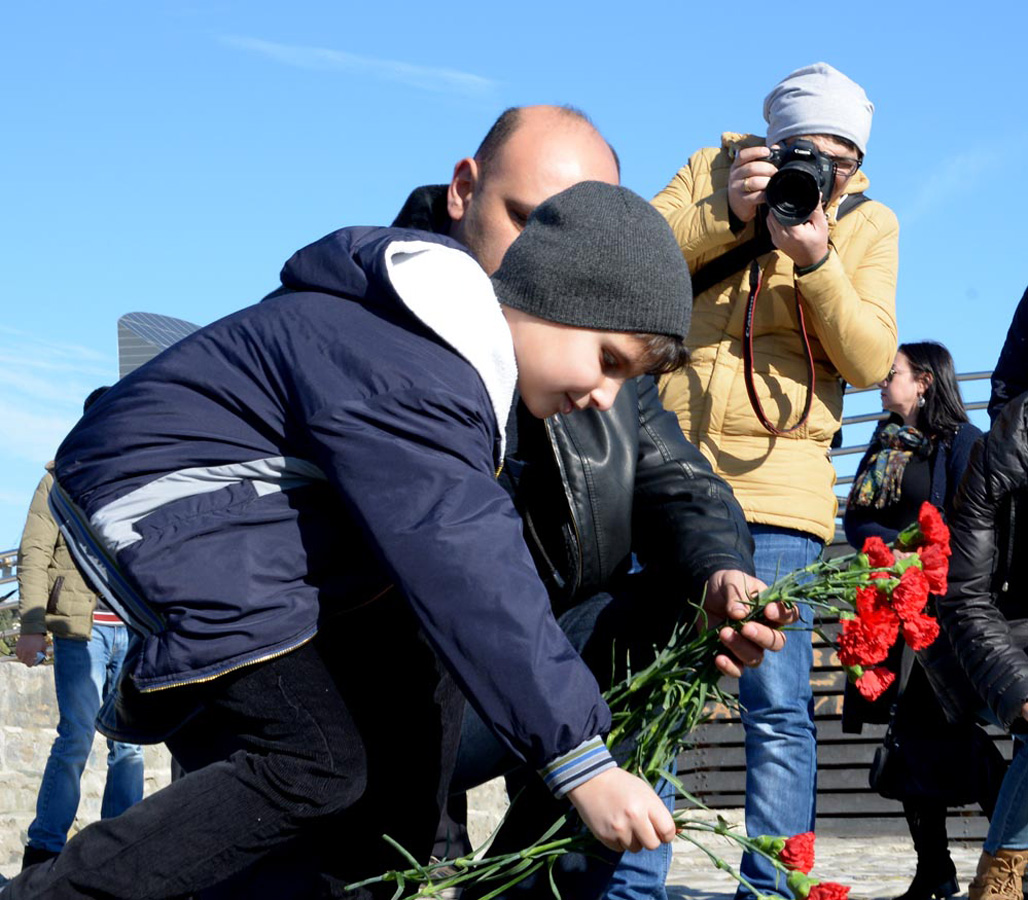 Baku residents honor missing oil workers (PHOTO)
