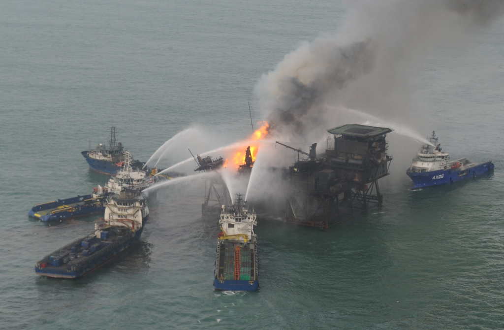 Guneshli oil rig still on fire, wrecked lifeboat found (LATEST PHOTOS-VIDEO)