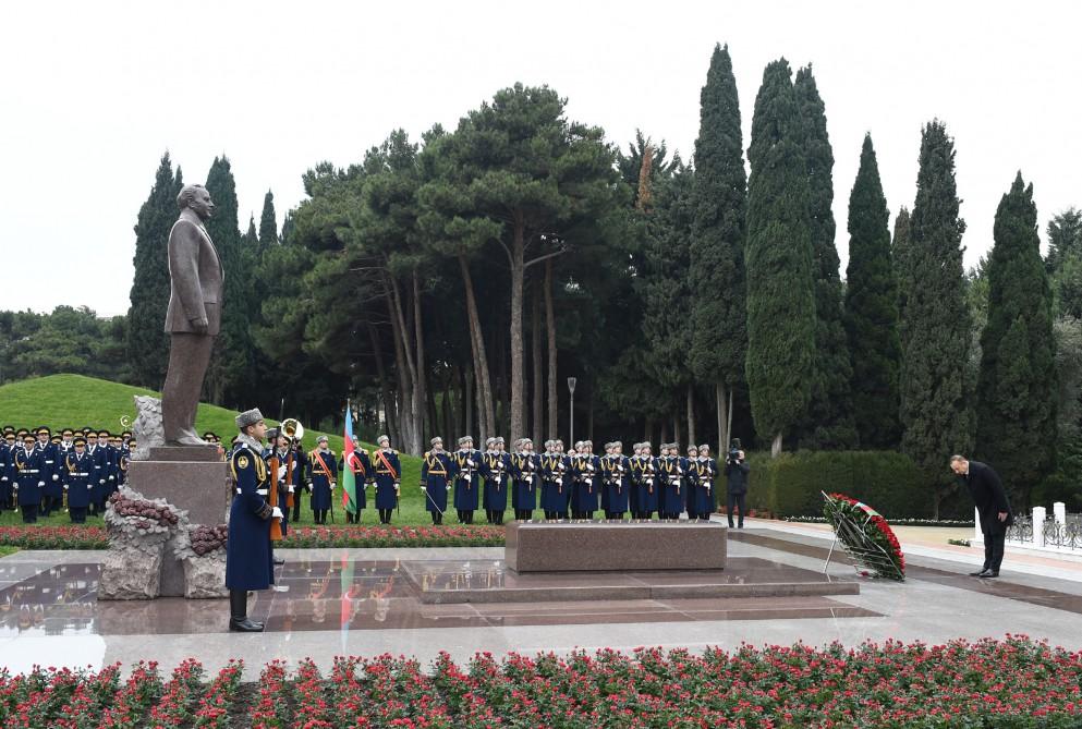 Azerbaycan Cumhurbaşkanı Milli Lider Haydar Aliyev'in mezarını ziyaret etti