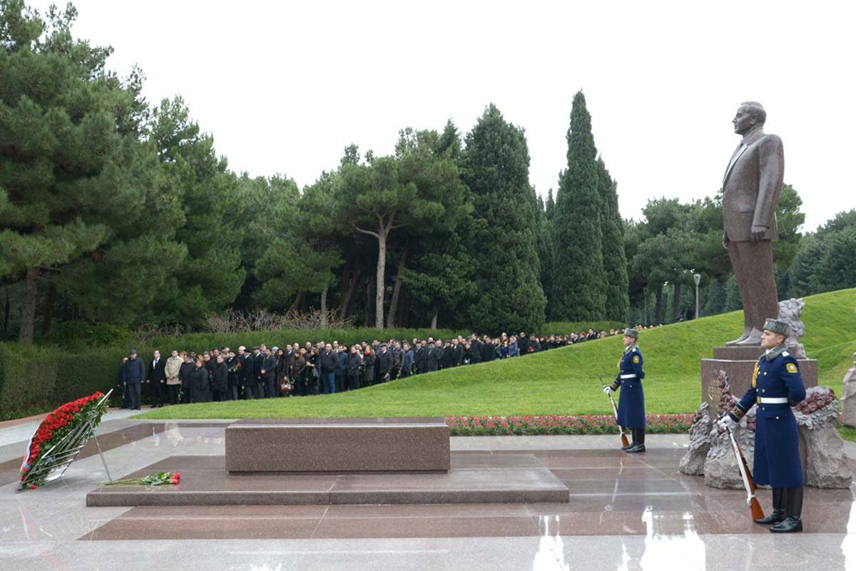 Azerbaijani public visits Alley of Honor to commemorate 12th death anniversary of Heydar Aliyev (PHOTO-VİDEO)