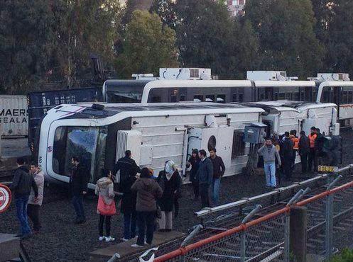 İzmir'de sefer yapan metro devrildi