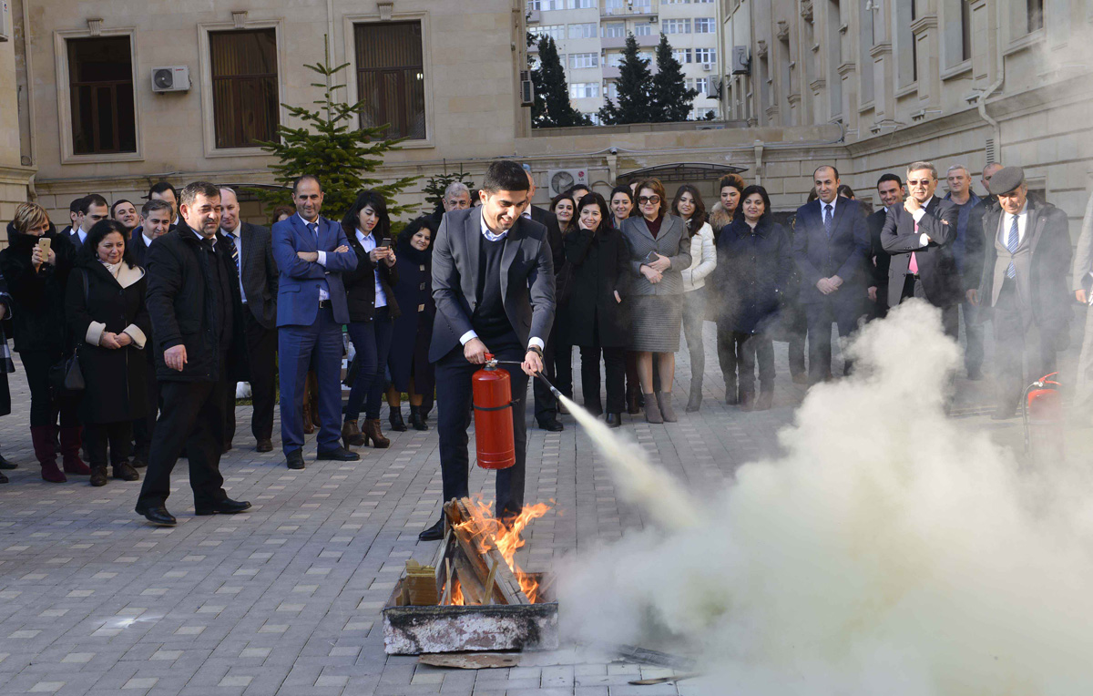 В Бакинской Высшей школе нефти проведен тренинг по правилам использования огнетушителей (ФОТО)