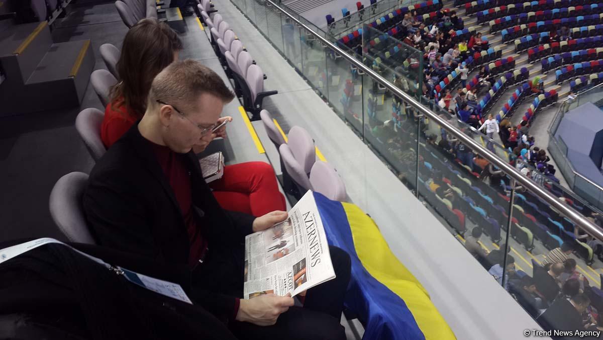 Журналисты и болельщики на Кубке мира по спортивной гимнастике узнают об Азербайджане из газеты Azernews (ФОТО)