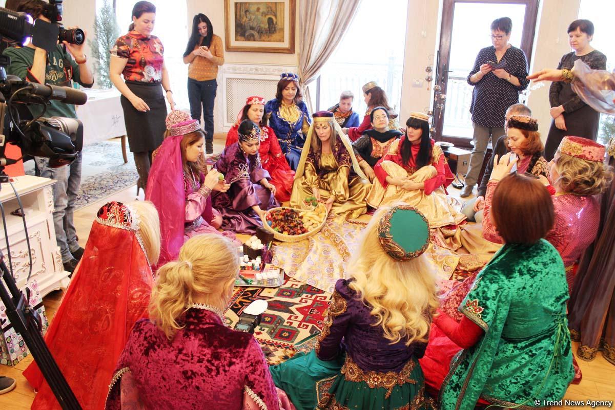 Супруги послов в азербайджанских платьях встречают Новруз (ФОТО)