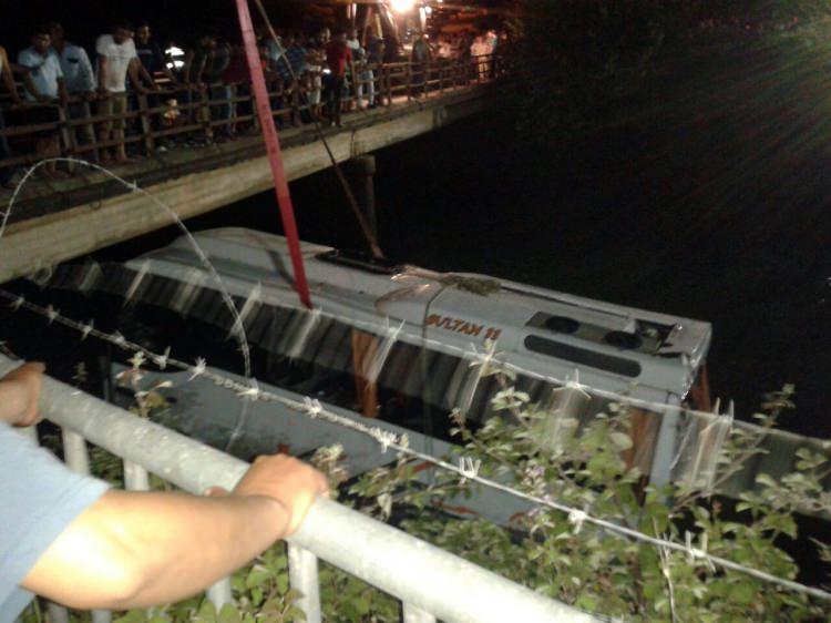 Öğrenciler kaza yaptı: 14 ölü (Foto, Görüntü)