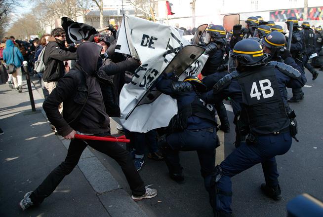 La policía francesa dispara gases lacrimógenos contra los huelguistas que desafían la reforma de Macron 2