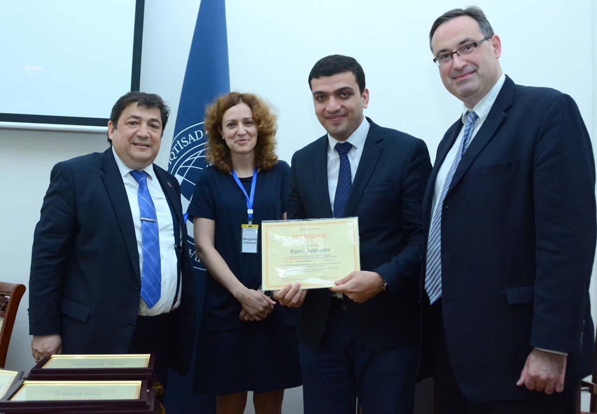 """UNEC-də """"Thomson Reuters""""in təlimlərinin iştirakçılarına sertifikatlar verilib (FOTO)"""