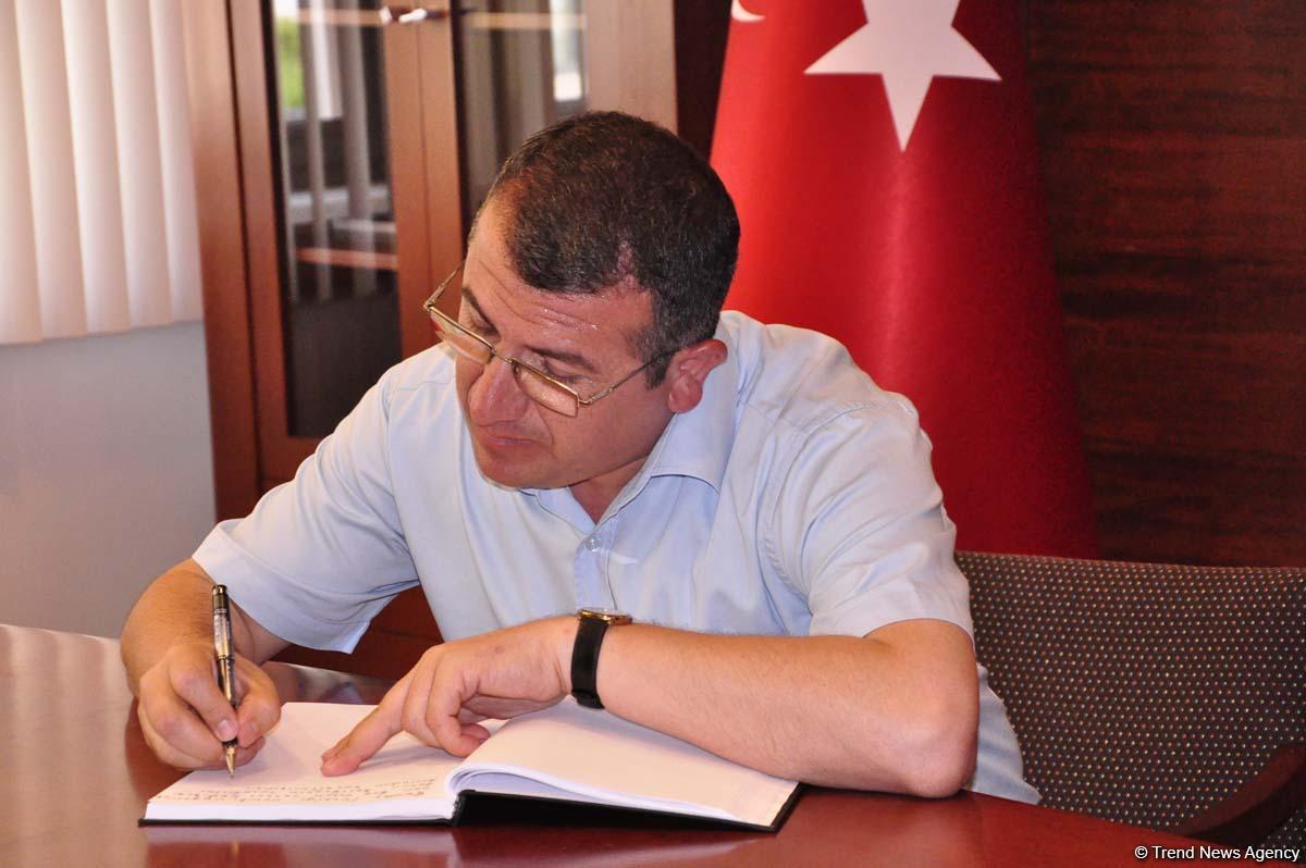 İstanbul Atatürk Havaalanı'nda yaşanan saldırı kurbanları için Bakü Büyükelçiliği'nde taziye defteri açıldı