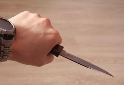 Qubada iki dost bir-birini bıçaqladı