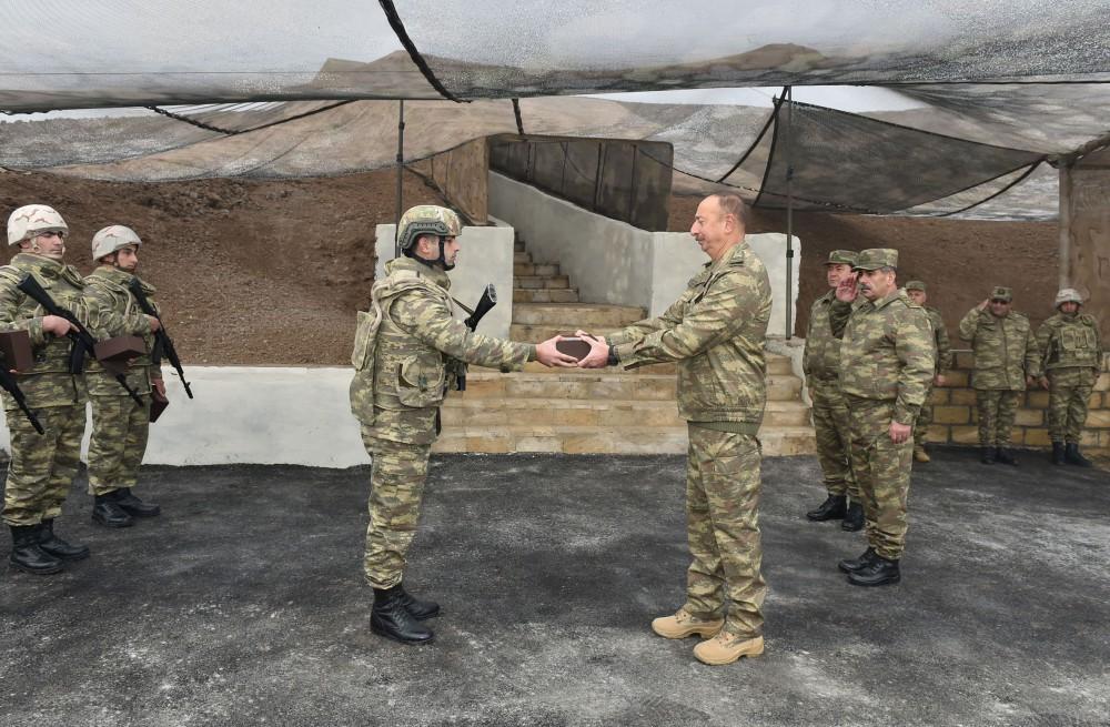 Cumhurbaşkanı Aliyev ön hatta komuta kontrol merkezinde inceleme yaptı