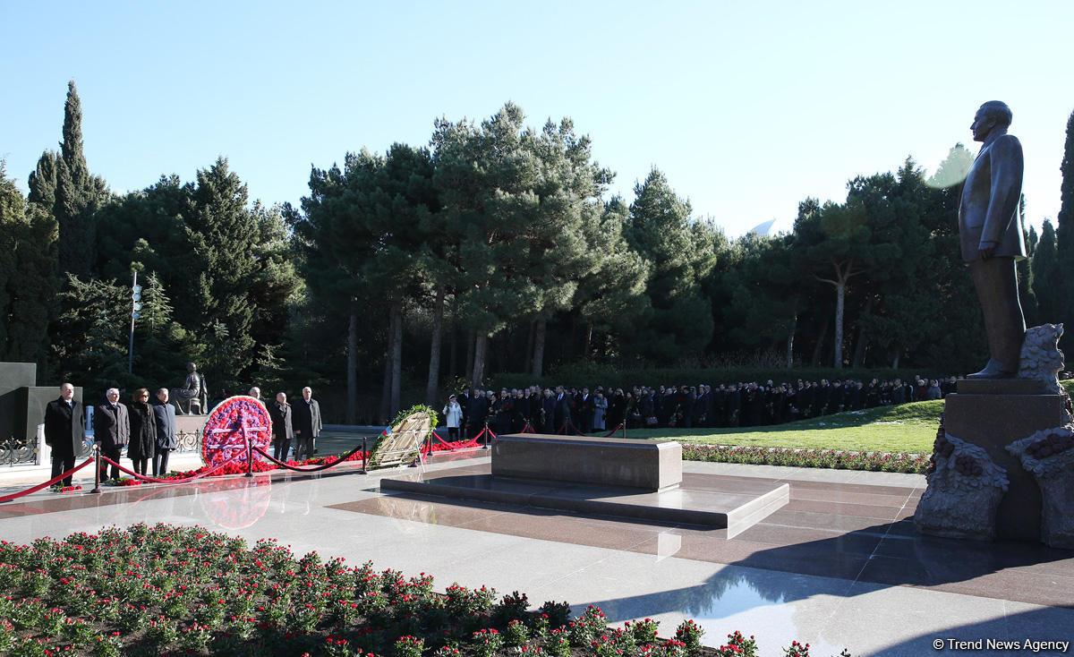 YAP nümayəndələri ulu öndər Heydər Əliyevin məzarını ziyarət ediblər (FOTO)