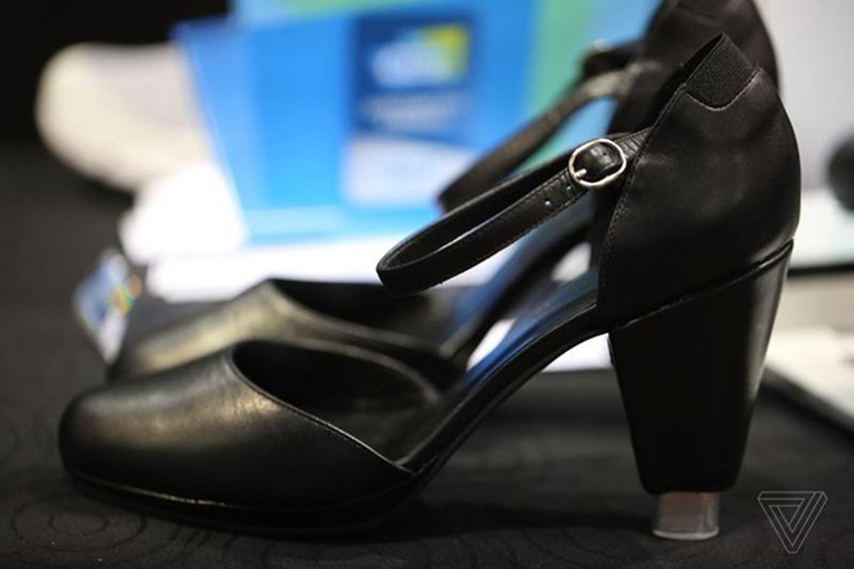 Unikal qadın ayaqqabısı: Telefonla idarə edəcəksiniz (FOTO)