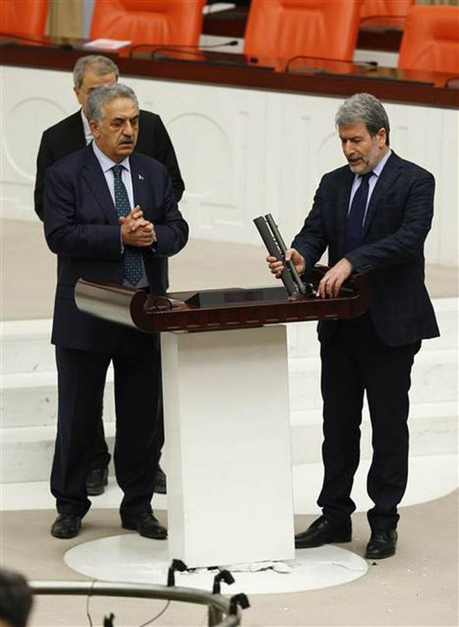 Türkiyə parlamentində yumruq davası (FOTO/VİDEO)