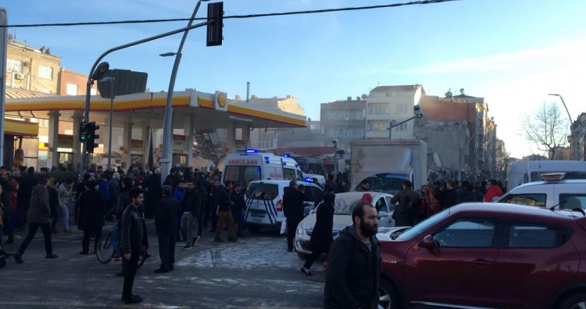 İstanbulda bina çöküb - 1 ölü və 5 yaralı (FOTO)