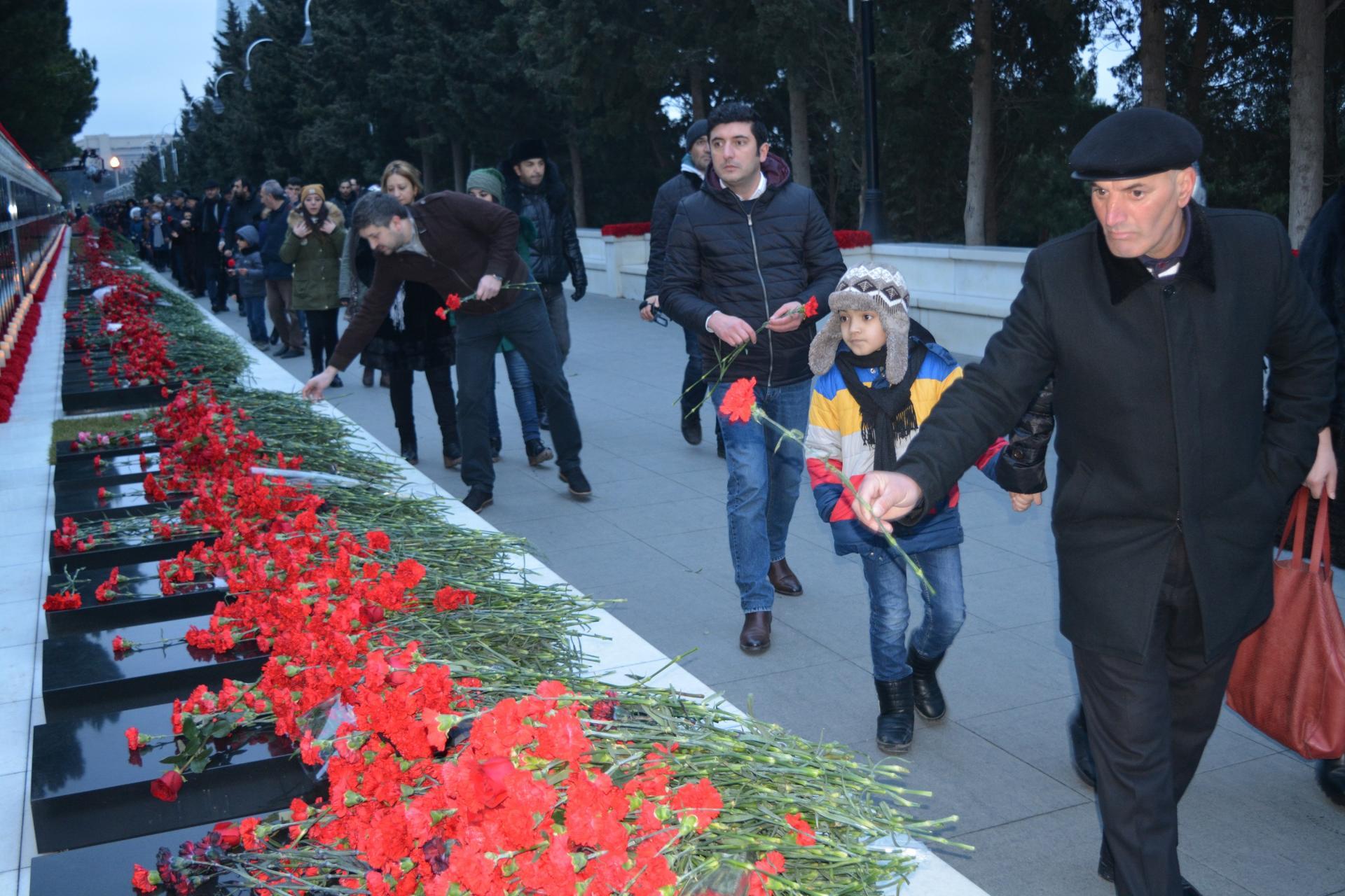 NIKOIL I Bank-ın kollektivi Şəhidlər xiyabanını ziyarət etdi (FOTO)