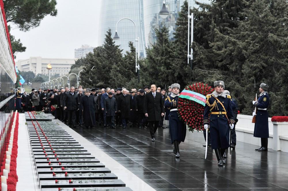 Prezident İlham Əliyev şəhidlərin əziz xatirəsini yad edib (YENİLƏNİB)  (FOTO)