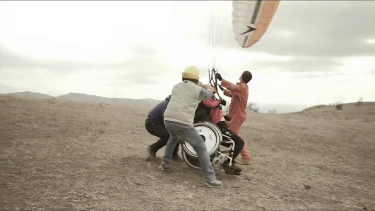 Человек, который не может ходить, но парит в облаках: фильм об уникальном азербайджанце (ФОТО)