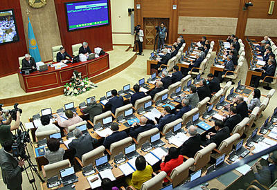 Kazakh parliament adopts law on currency control