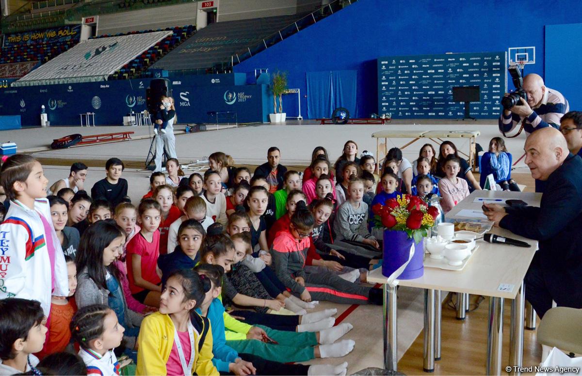 Azərbaycanlı gimnastlar yazıçı Çingiz Abdullayevlə görüşüb (FOTO)