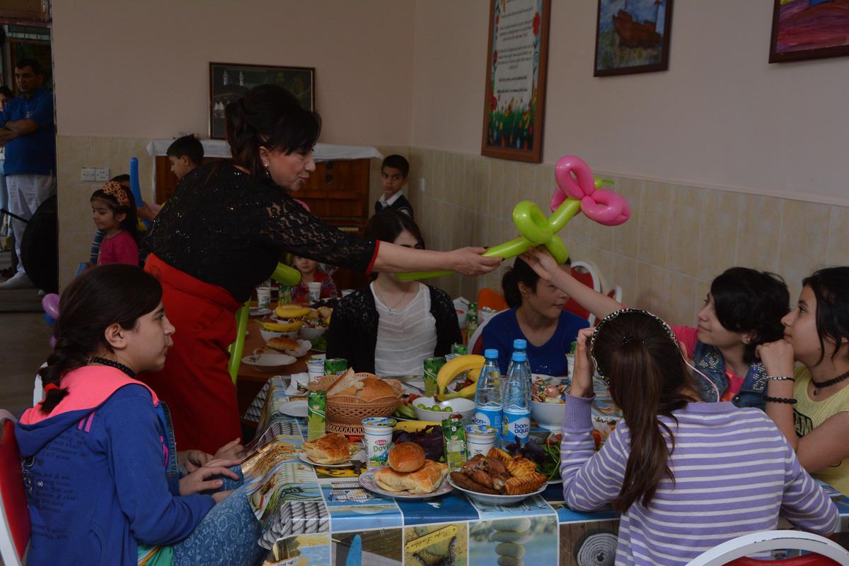 """Коллектив проекта Lider TV провел благотворительную акцию в """"Ümid Yeri""""  (ФОТО)"""