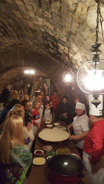 Bakıda turistlər qutab bişirdilər (FOTO)