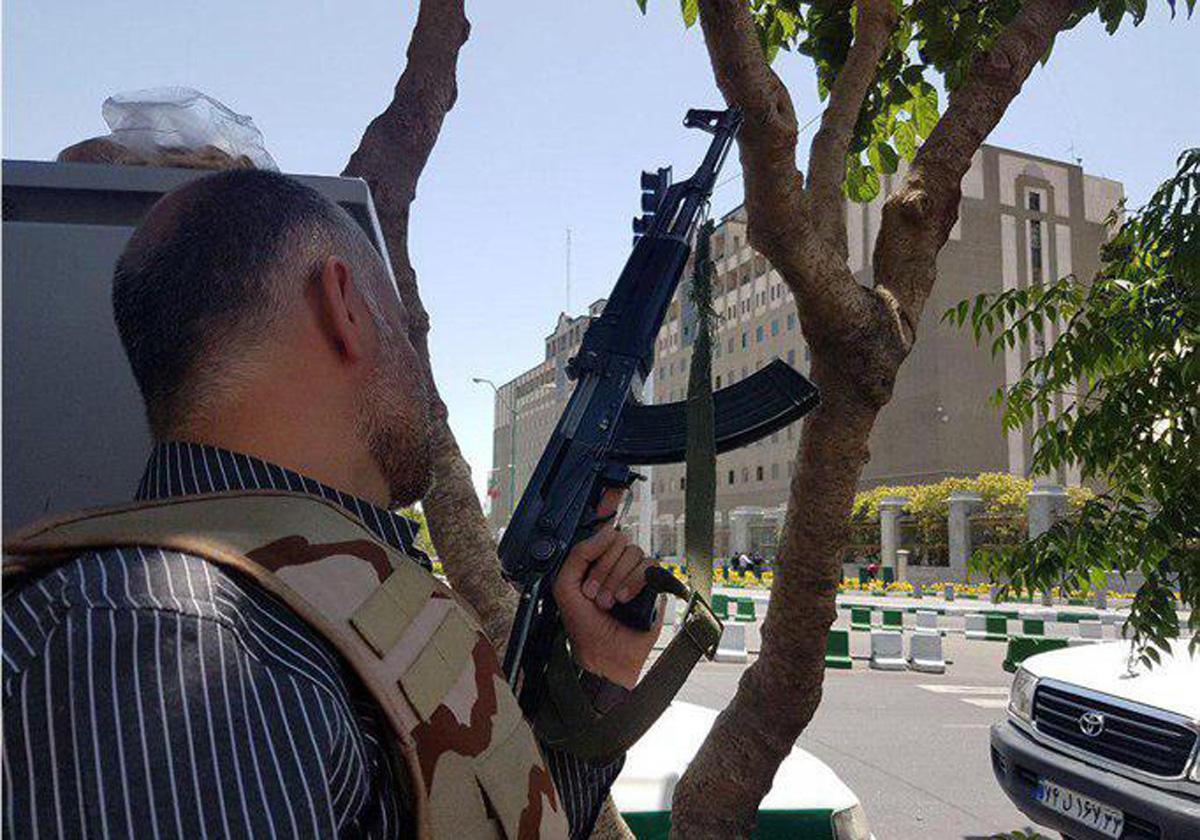 Silahlı şəxs İran parlamentini tərk edib, küçədə insanlara atəş açır (FOTO)