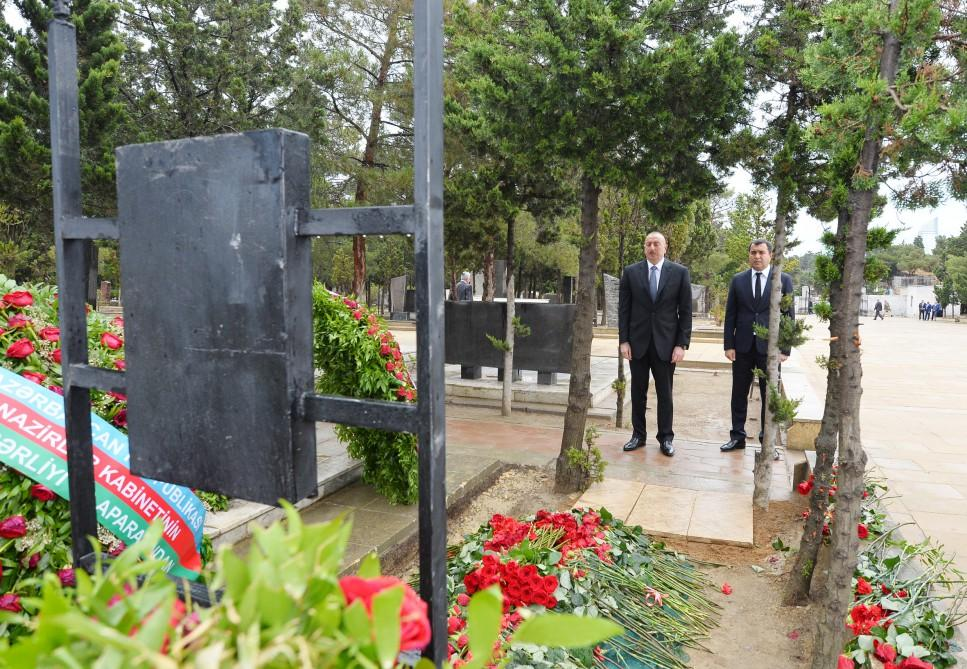 Ilham Aliyev visits grave of late Energy Minister Natig Aliyev (PHOTO)