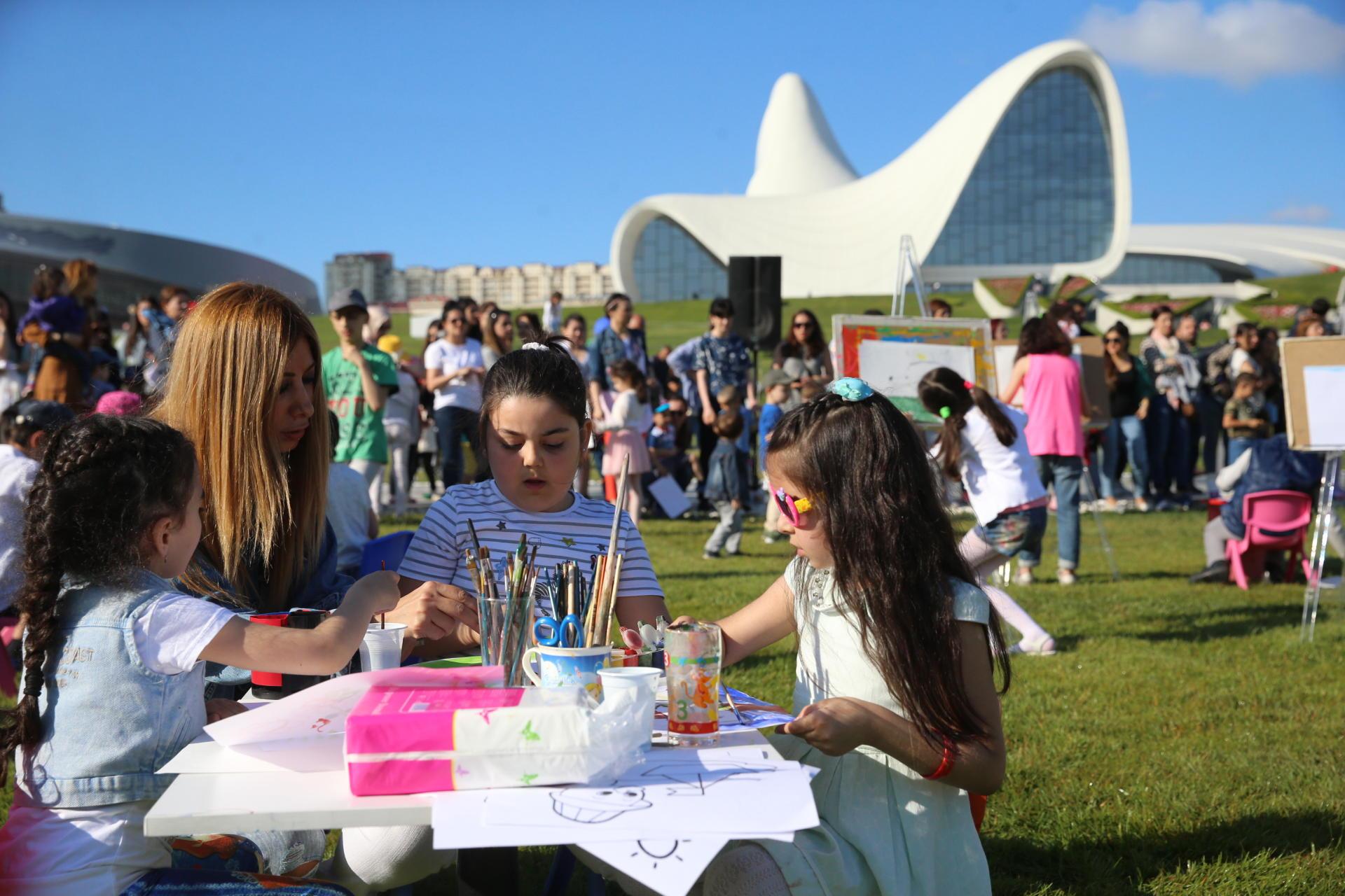 Heydər Əliyev Mərkəzinin parkında uşaqlar üçün rəsm dərsi (FOTO)