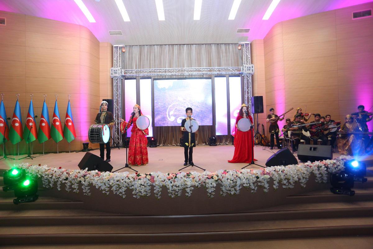 """Binəqədidə məktəblilərin """"Azərbaycan Səninlədir-Sənsiz deyil"""" VII yaradıcılıq festivalı keçirilib (FOTO)"""
