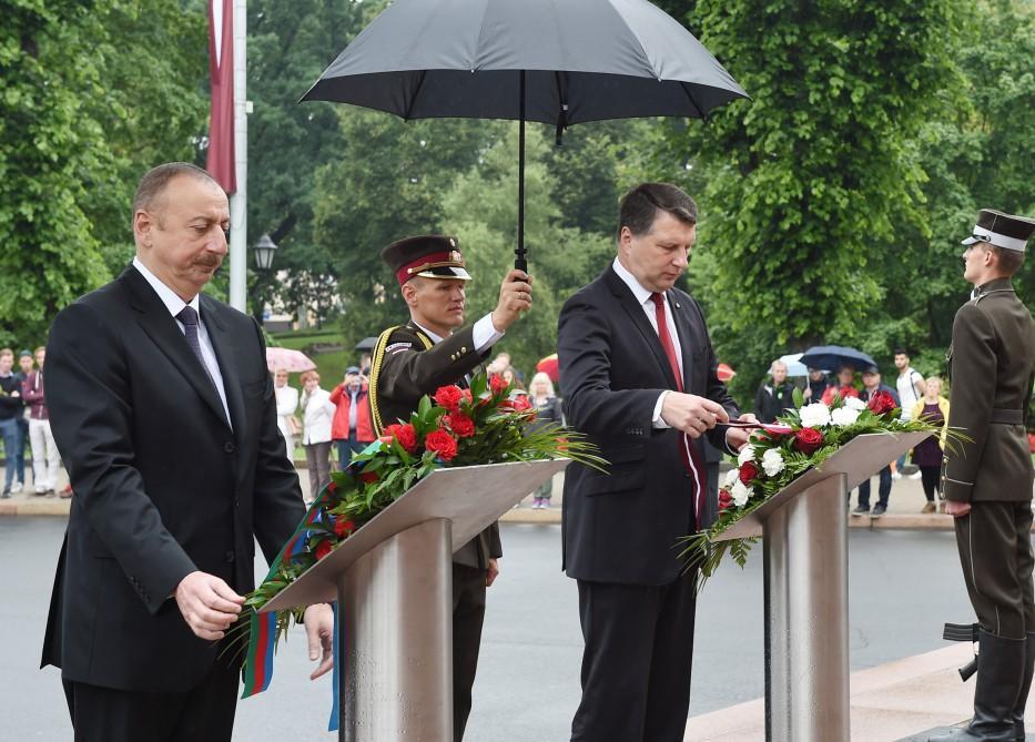 Ilham Aliyev visits Freedom Monument in Latvia (PHOTO)